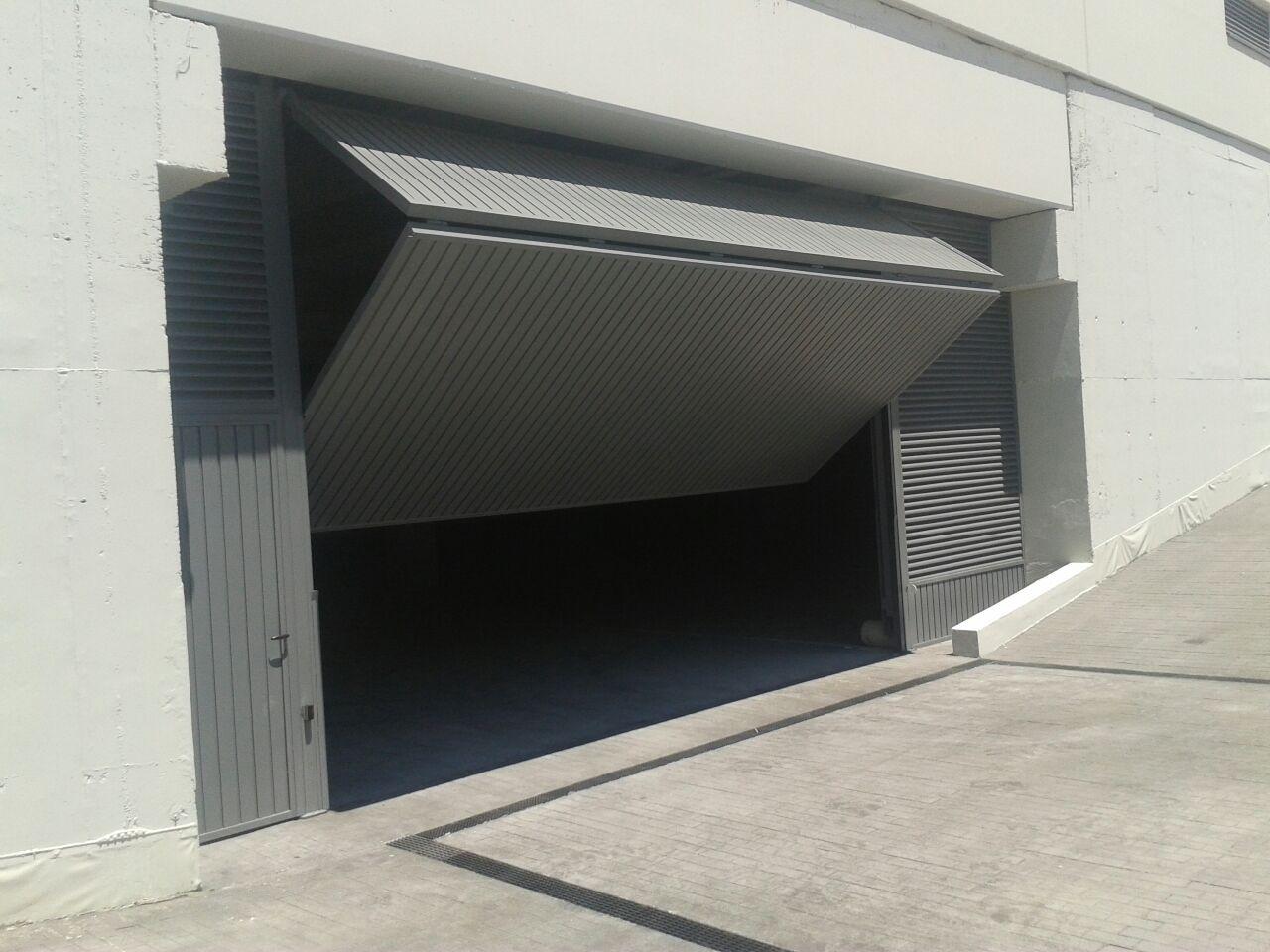Puertas basculantes puertas de garaje en murcia frampe for Puerta garaje